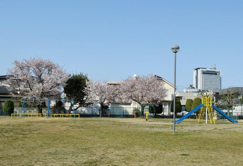 公園 分譲地から一番近くにある公園「六番池児童公園」です。 約6500平米の広々とした広場には遊具もあります。分譲地から220m(徒歩3分)※写真撮影:2020年4月