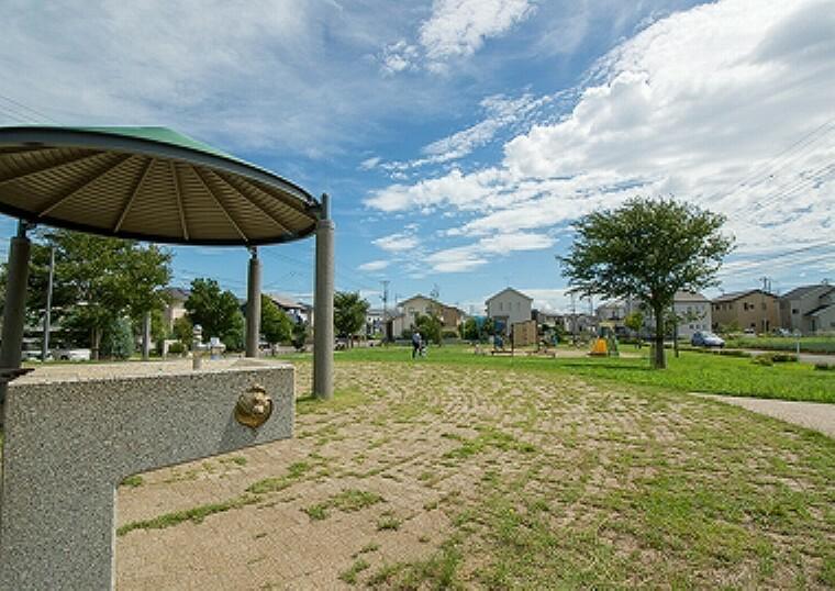 公園 みらいの森公園(約10m、徒歩1分/2018年9月撮影)…「緑豊かな公園」をコンセプトに、もともとあった樹木や自然の地形を活かして、芝生が広がる多目的広場などを配置しています。