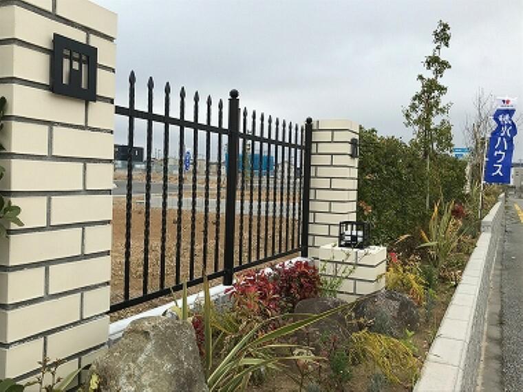 現況写真 アイアン調のフェンスと生垣に囲まれた街区です。(2020年3月撮影)
