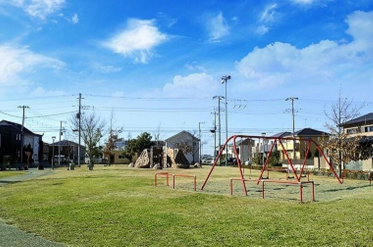公園 くわがた公園(約350m、徒歩5分/2019年1月撮影)…広いグラウンドとすべり台などの遊具のある公園です。