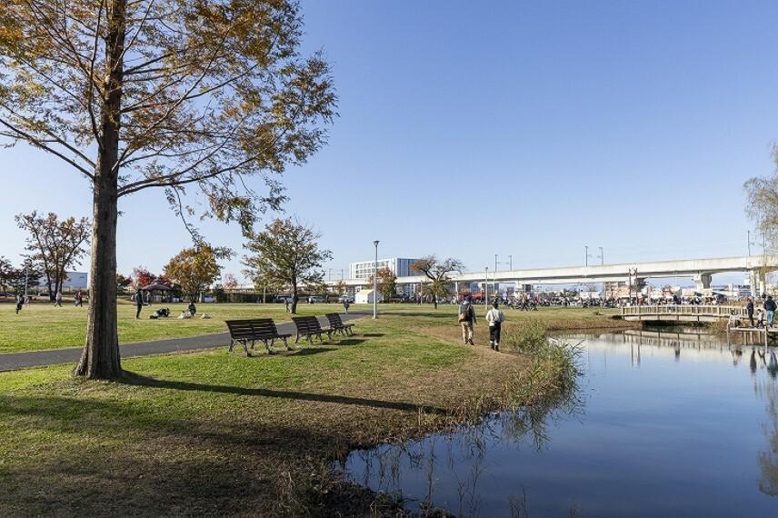 公園 研究学園駅前公園(徒歩13分、約1020m)(2019年12月撮影)…芝生広場やせせらぎ、駐車場や古民家などがあります。
