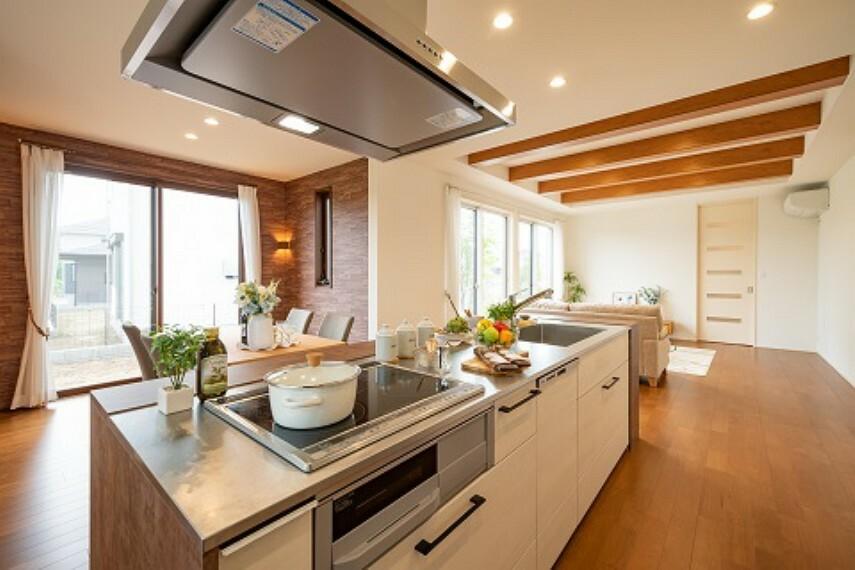 キッチン 【E棟キッチン】キッチンからダイニング・リビング方向の写真です。アイランドキッチンを採用しています。ご家族はもちろん、お友達を呼んでパーティーもお楽しみいただけます。※2020年6月撮影
