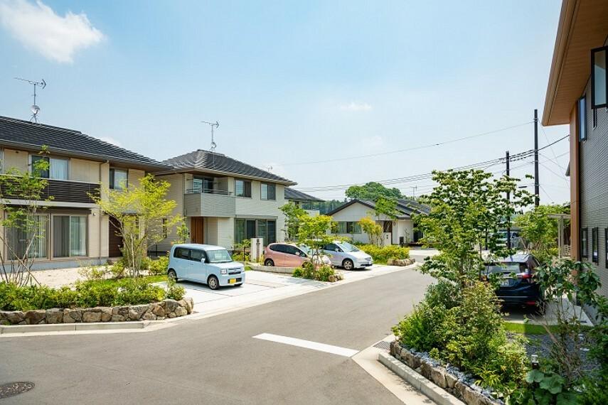 現況写真 ●コモンガーデン桜川のまちなみ写真 ※2020年7月撮影 ※新しい生活の始まっている第1期宅地分譲のまちなみ写真です。 ※こちらの建物は建売住宅ではございません。