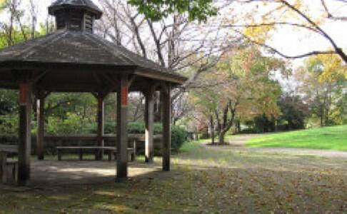 公園 ■約1200m/徒歩15分  センター北駅近く、自然の雑木林の面影を残す小高い丘の緑深い公園です。