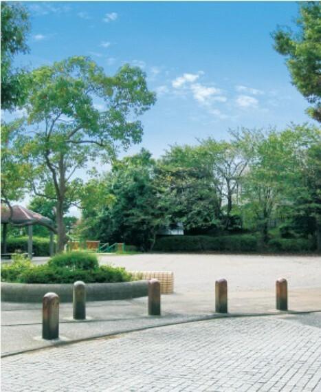 公園 ■約6m/徒歩1分  公園の北半分は広場となっており、南半分は遊具がある遊び場です。
