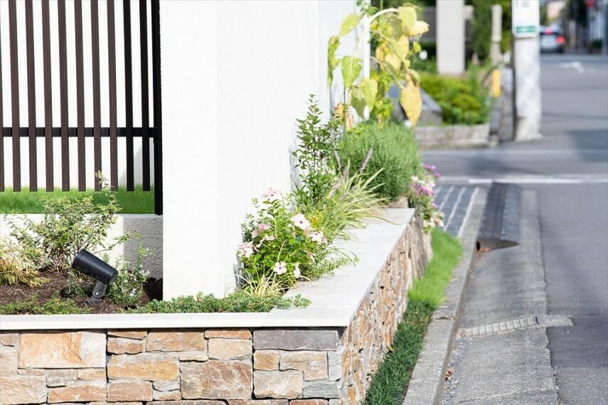 現況写真 末永く美しいまちなみを守るため、ゲートや植栽など積水ハス独自のルール「まちなみガイドライン」を設けています。