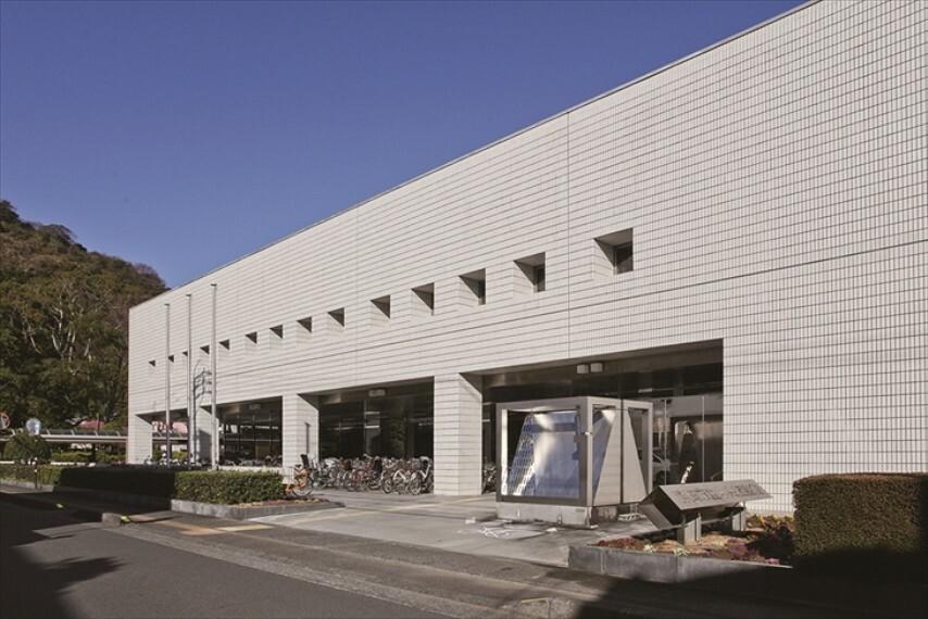 図書館 静岡市立図書館(約750m・徒歩10分) 静岡市立の図書館の中で一番大規模の図書館です。城北公園の敷地内にあります。