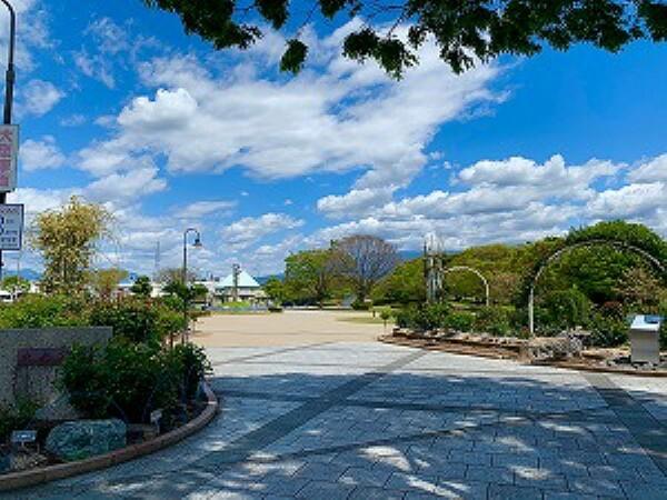 公園 約650m(徒歩約9分) 「富士を映す緑と水の市民公園」をテーマにした公園です。