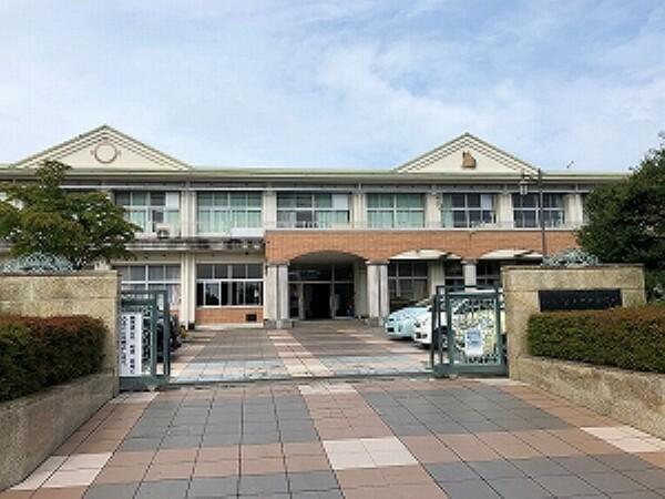 小学校 約1100m(徒歩約14分) 全校児童547名(令和2年度) 学校教育目標「しなやかに 挑み続ける ~かしこく やさしく たくましく~」 富士山の良く見える校舎で、とてものびのびした学校生活をおくれます。