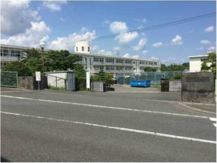 中学校 掛川市立東中学校 2800m(徒歩35分) 生徒数580人(2020年度)で、うつくしく りりしく(美しく凛とした生徒)を学校教育目標にしています。