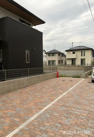 現況写真 敷地までのアプローチは、周囲の街並みに調和するあたたかみのあるインターロッキング舗装。積水ハウスの邸別自由設計で、ご家族理想の住まいをプランニングします。/2020年9月撮影