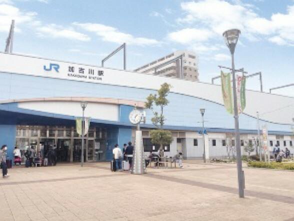 徒歩25分(約1965m)。JR神戸線と加古川線の接続駅。JR加古川駅から姫路駅まで新快速で最短10分です。JR神戸線は日中時間帯は1時間に8本停車(新快速と普通)、朝夕時間帯は本数が多くなります。