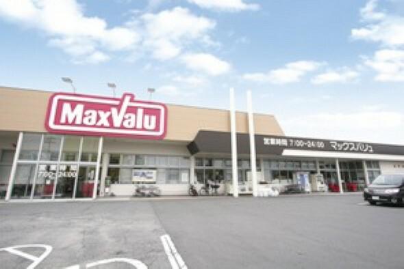 スーパー 徒歩6分(約480m)。営業時間は7:00~23:45です。朝早くから夜遅くまで営業しているので、忙しい方も食料品や日用品の買い物に便利です。店内には100円ショップが併設されています。
