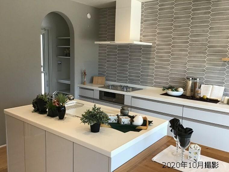 キッチン コンロとシンクを独立させることで、作業スペースを確保。作業効率も良く広く使えるので、奥様にうれしいキッチンです。