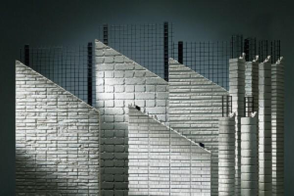 構造・工法・仕様 日本の気候では、外壁は雨や湿気に対する耐久性が重要です。「ダインコンクリート」は、水が浸水しにくい独立気泡で耐水性に優れ、長期にわたる耐久性を実現します。製品1枚ごとに成型するキャスティング製法によって、既存のコンクリートでは難しかった温もりのある表情や緻密なテクスチャーなど、美しいデザイン性も備えています。