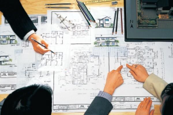 構造・工法・仕様 異なる敷地環境、気候風土、家族構成、そしてライフステージ、ライフスタイルにおこたえするため、鉄骨造から木造、さらには2階建て、3・4階建てなど、「邸別自由設計」のもと独自の構法と豊富なラインナップを開発してきました。そこには、住まいづくりに対する積水ハウスの想いと姿勢があります。