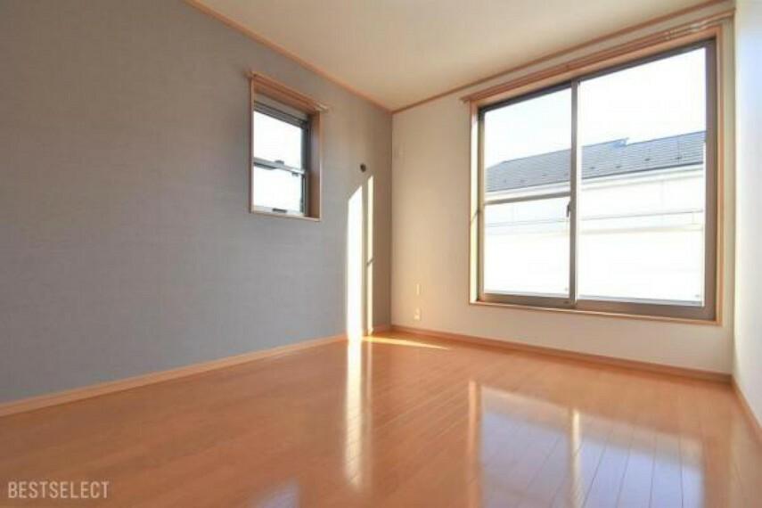 バルコニーからの陽射しが暖かな空間を演出します:洋室約6.3帖