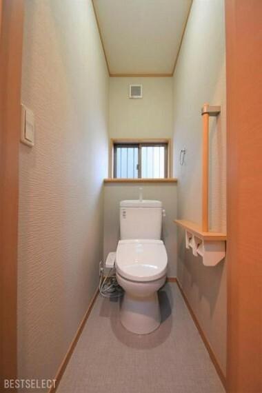 トイレ 快適な温水洗浄機能付トイレ。安全性に配慮して手摺が標準装備