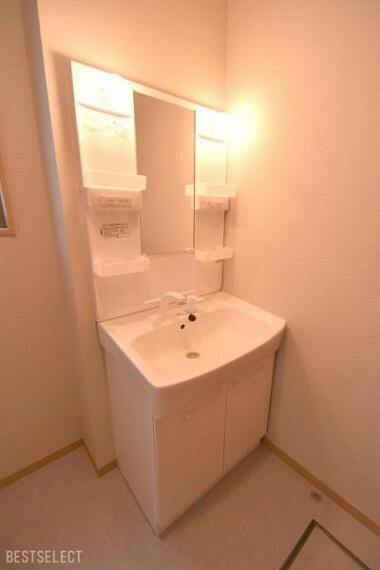 洗面化粧台 小さなお子様でも手洗いがしやすいシャワー機能付洗面化粧台