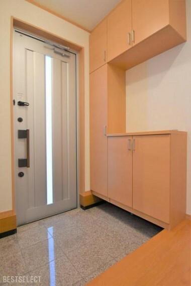 玄関 散らかりがちな玄関もスッキリの天井高シューズボックス