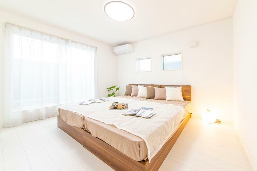 寝室 【モデルハウス/主寝室】 主寝室にはウォークインクローゼットやバルコニーを隣接し、いつも健やかに明るく快適な空間を叶えました。