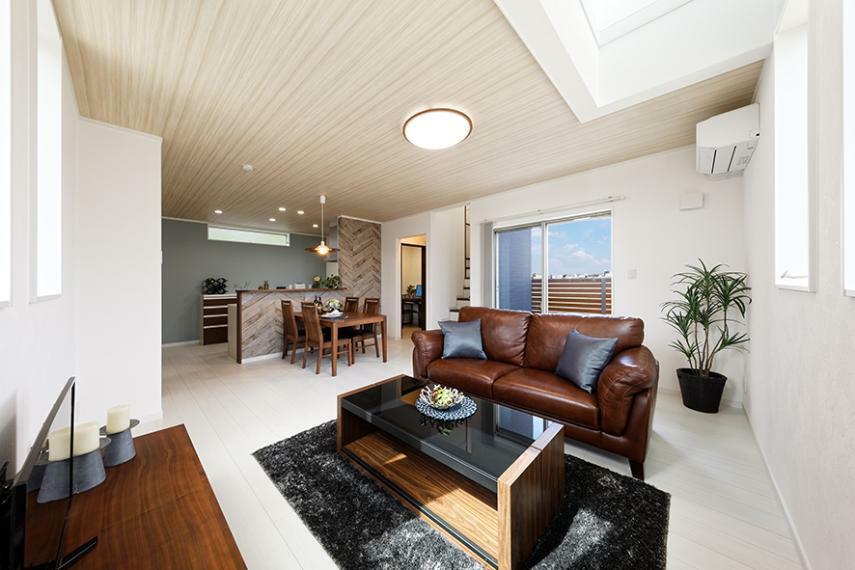 居間・リビング 【モデルハウス/リビング】 大きなパントリーや収納スペースを確保したママハピプラン!リビングにテラスも隣接しています。
