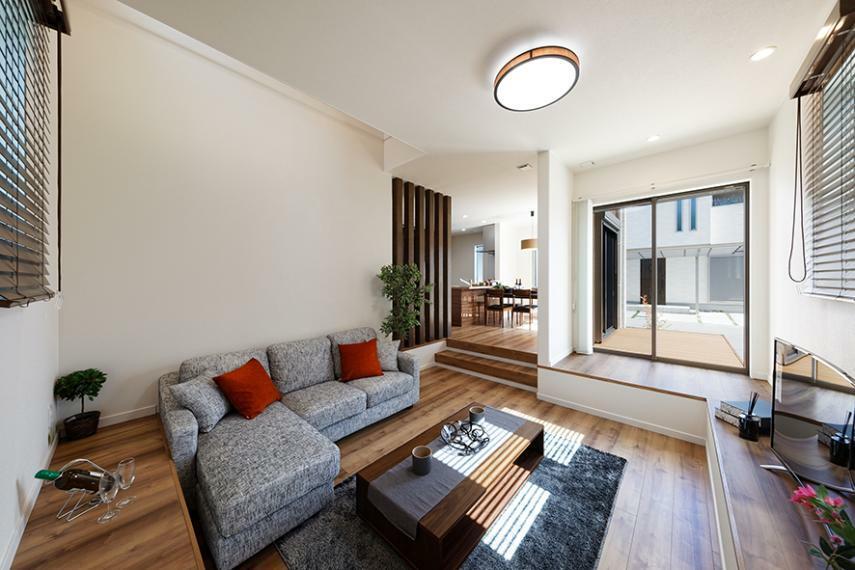 居間・リビング 【弊社施工例/リビング】 沢山の光を採り込んだリビングは、家族の顔をいつも見れて自然とコミュニケーションが生まれる温かい空間に。