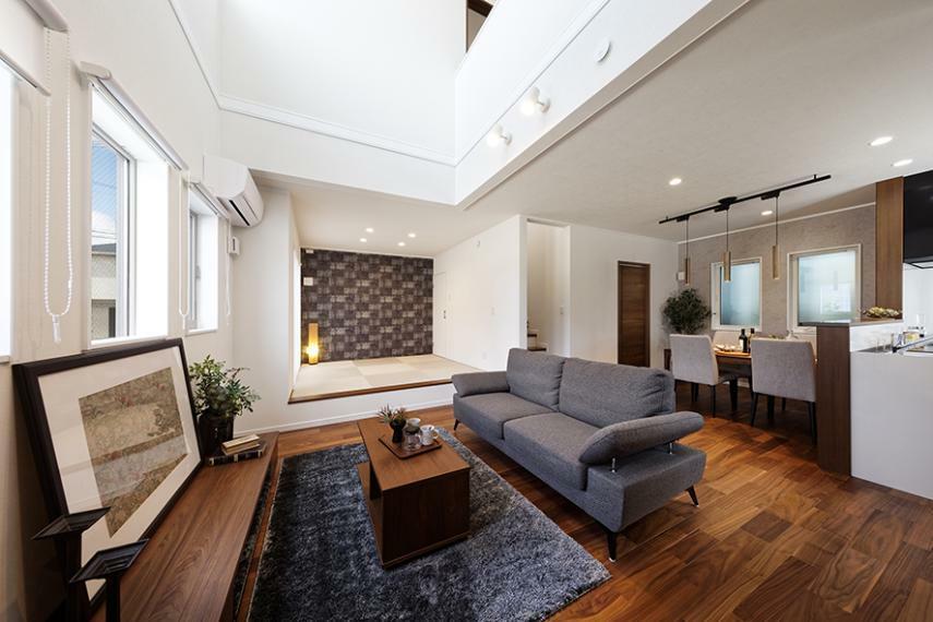 居間・リビング 【モデルハウス/リビング】 吹抜のある快適なリビングに、和室を隣接した爽快な空間で家族とのひと時や、ゲストを招いてのホームパーティーも楽しめる自慢のスペースです。