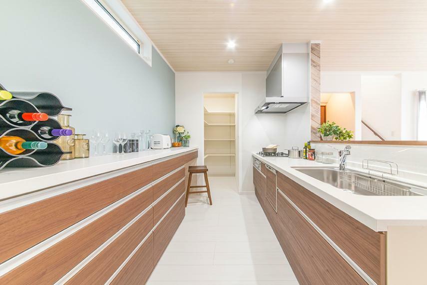 キッチン 【モデルハウス/キッチン】 お子様との料理やお菓子づくりも楽しめる、広々と使える明るいキッチンが魅力。