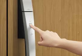 玄関 「タッチキー」 ドアのボタンを押すだけで開錠するワンタッチスタイルの玄関鍵。