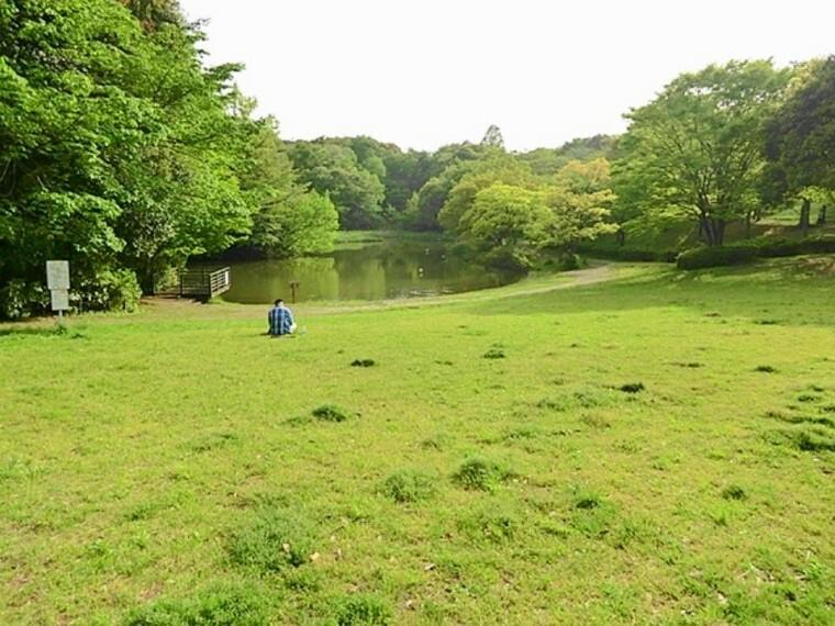 公園 鴨池公園(徒歩4分です。大きな池と広場のある公園です。広場には「かもいけランド」というこどもログハウスがあり、雨の日でも楽しく遊べます。イベントなども開催されていますよ!)