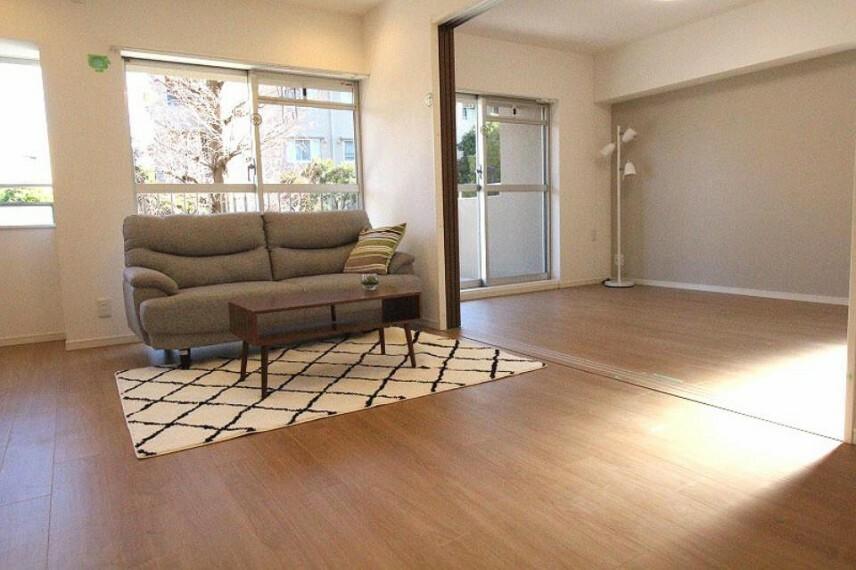 居間・リビング 家具・エアコンつきなので入居後すぐに快適な生活を送れます!