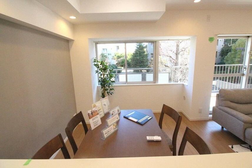 居間・リビング キッチンからテーブルと無駄のないスペース。家族団らんのひと時を満喫できるスペースとなることでしょう。