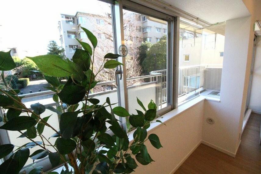 居間・リビング バルコニーから柔らかい光が差し込み、緑あふれる景色が広がります。