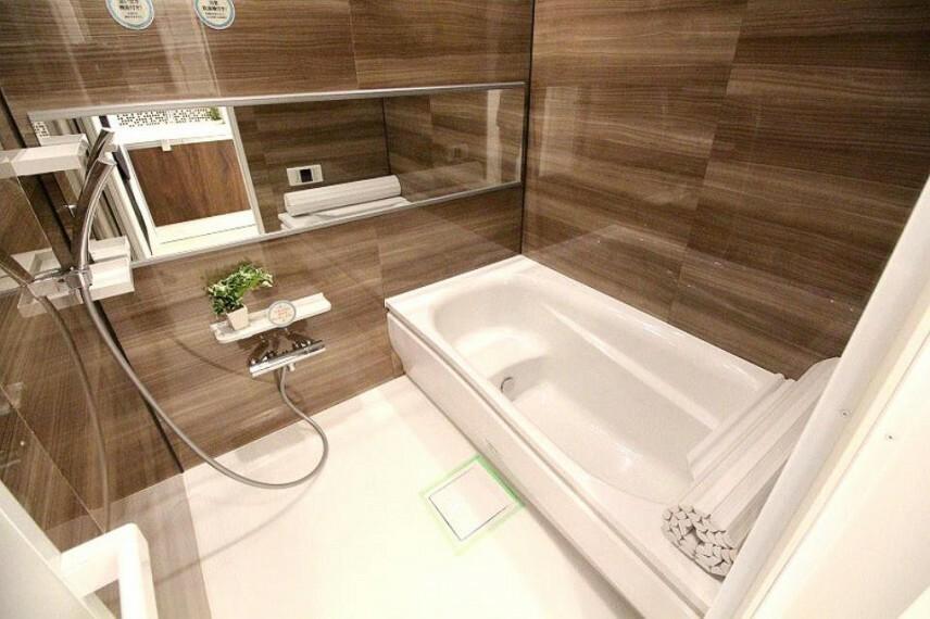 浴室 広い浴槽で足を伸ばせる空間が良いですね。一日の疲れをゆったりと癒してくれます。