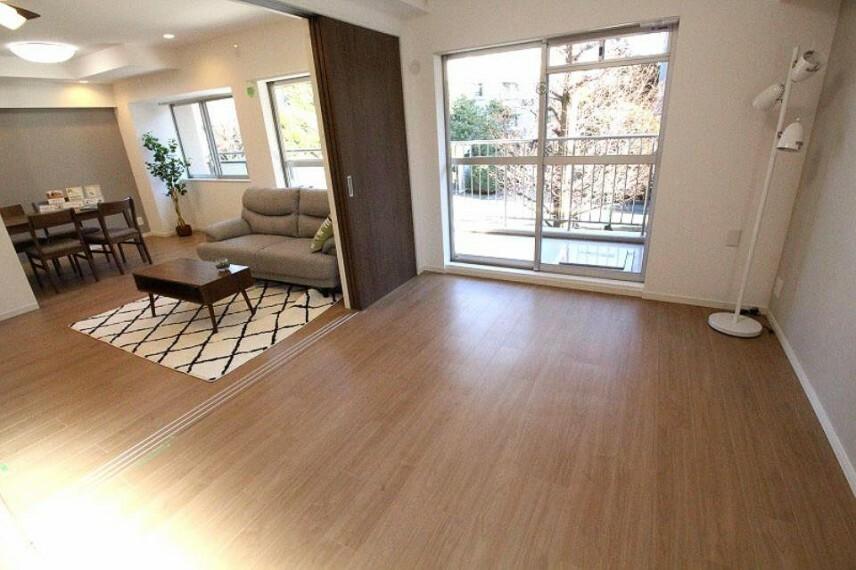 リビングに隣接した洋室はしきりを開放すると明るく広い一体空間に!閉じると独立した居室として利用できます。