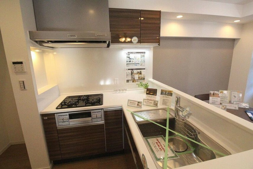 キッチン 明るくて使いやすいL字型対面キッチンは動線に無駄がなく、食事の支度も捗ります。
