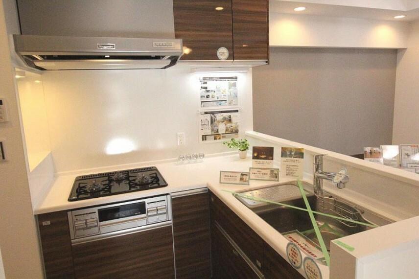 新規交換したシステムキッチンは食洗器や浄水機能など設備も充実