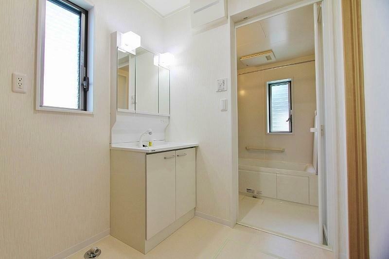洗面化粧台 明るい洗面室です。