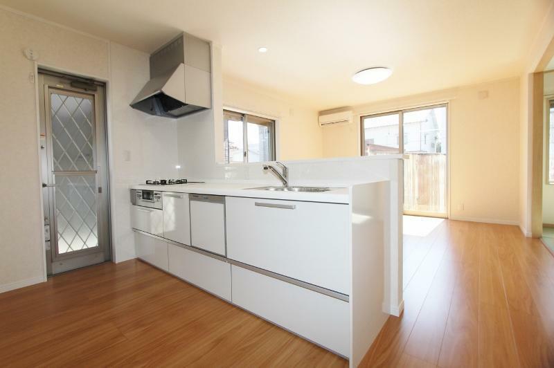 キッチン 食洗機付きのシステムキッチンです。対面タイプなので、リビングの様子を見ながらお料理できます。