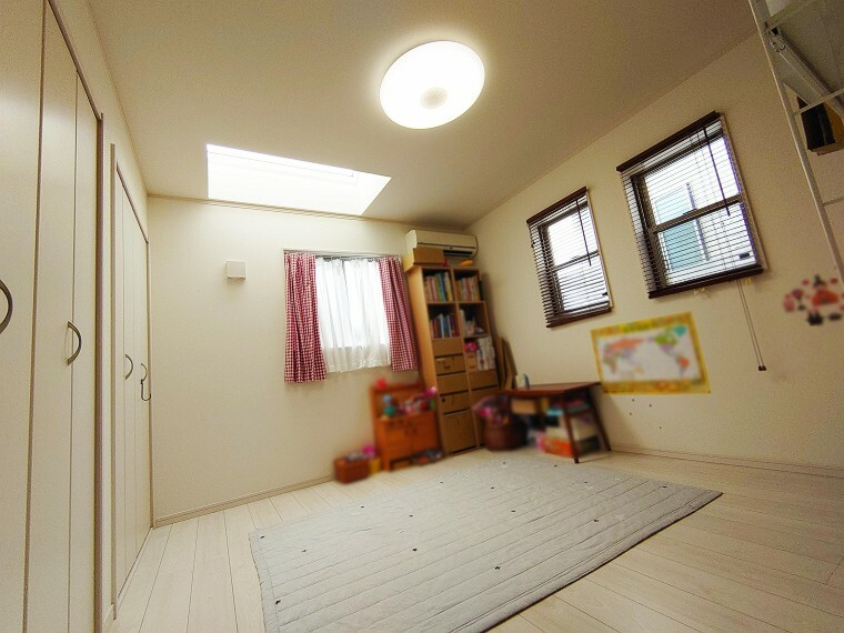 洋室 7.5帖洋室です。トップライトもあります。