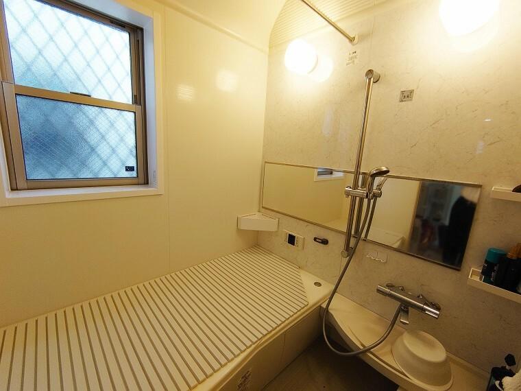 浴室 浴室乾燥機付きで窓もあります。