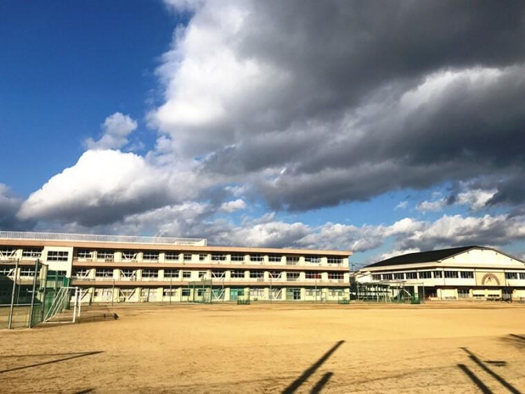 中学校 現地1号地を起点に約450m、徒歩6分(2019年12月撮影) 「健康・勉強・奉仕」を教育目標に、社会の変化に自ら対応できる心豊かな人間の育成に取り組む中学校です。