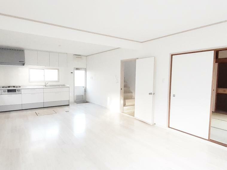 居間・リビング 白を基調とした清潔感のあるリビング16帖