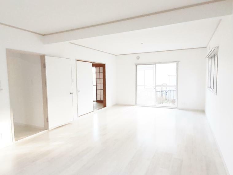 居間・リビング 家具の配置がしやすいシンプルな長方形のリビング
