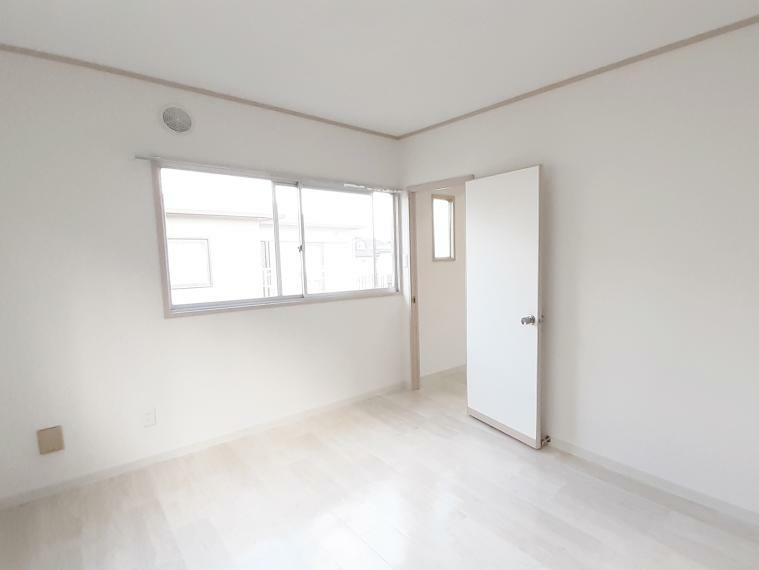洋室 白いフローリングがかわいい2階洋室6帖