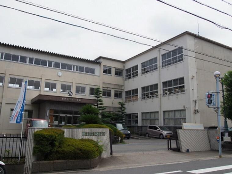 小学校 富士小学校まで徒歩約11分。(約820m)