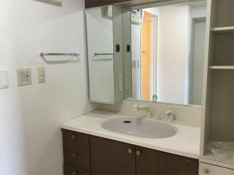 洗面化粧台 サイドにも収納棚があり、物であふれがちな洗面室がスッキリ片付きます