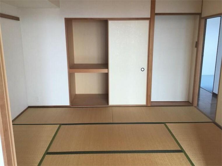 リビングに隣接する和室 廊下側からも出入りできます
