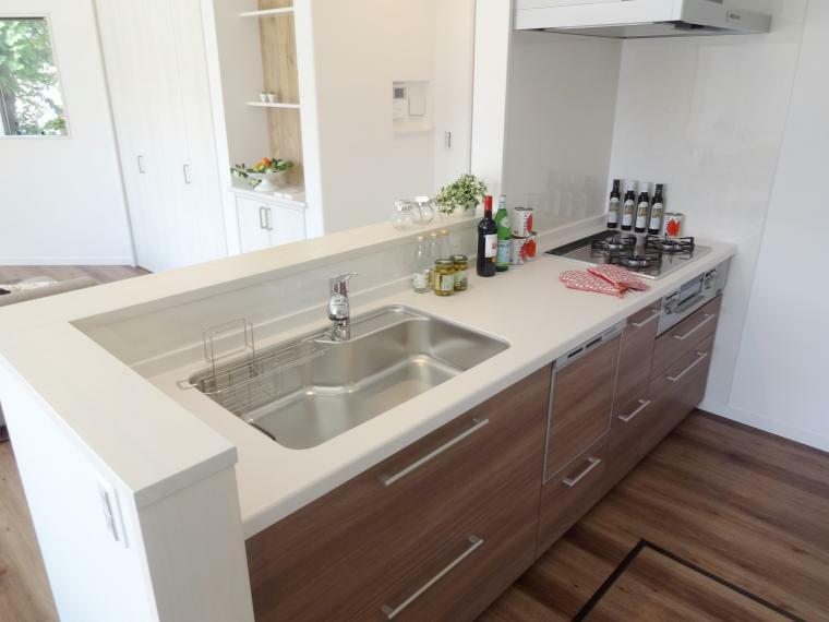 キッチン 【施工例】キッチンには奥様の家事の負担を軽減して頂けるよう、「浄水器」「食洗機」「ガラストップコンロ」と充実の仕様となっております。